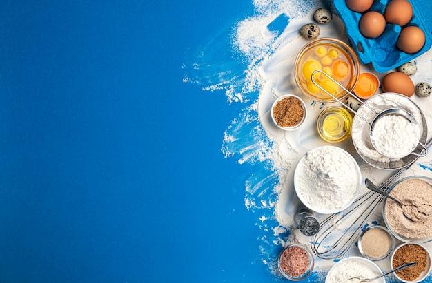 Bakselingrediënten voor deeg op blauw
