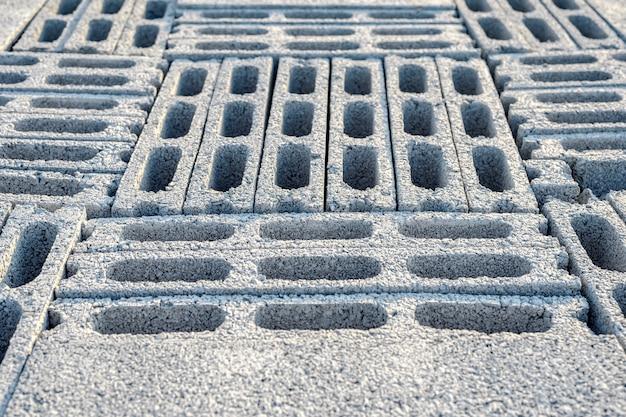 Bakstenen blokken die worden gemobiliseerd om de bouw voor te bereiden