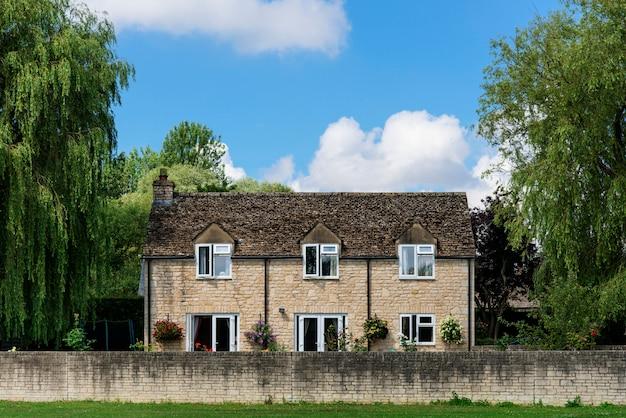 Bakstenen huis op het platteland