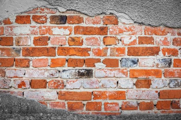 Bakstenen muur close-up. oude beschadigde bakstenen muur met cement close up.stone, gips, achtergrond, muur, oud, abstract, steen, structuur, verweerd
