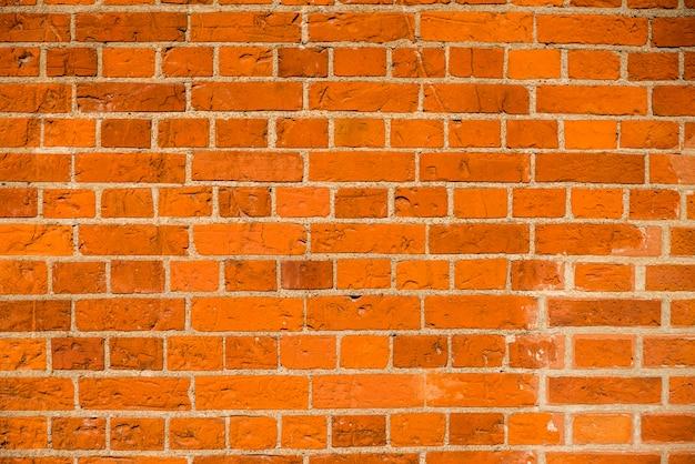 Bakstenen muur met bakstenen en beton