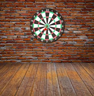 Bakstenen muur met dartboard