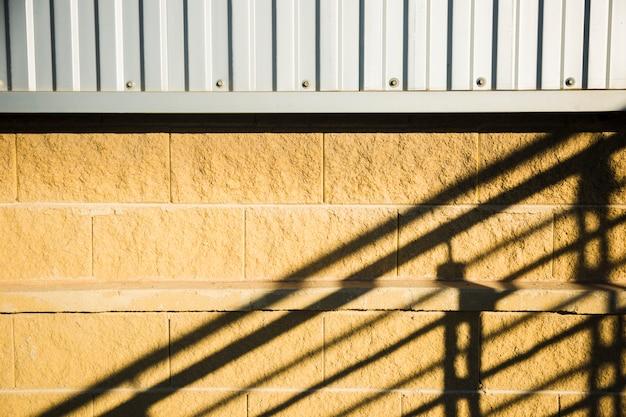 Bakstenen muur met schaduw