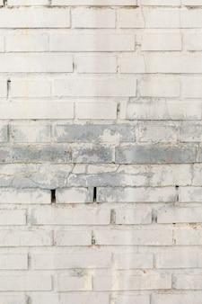 Bakstenen muur met vlekken