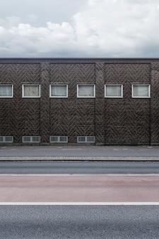 Bakstenen muur van een gebouw met kleine ramen