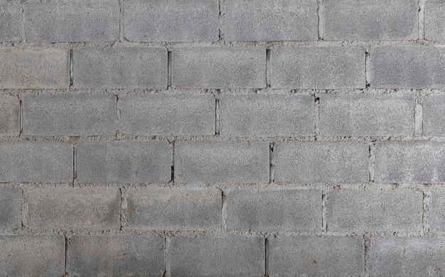 Bakstenen muurblokken zijn niet gepleisterd.