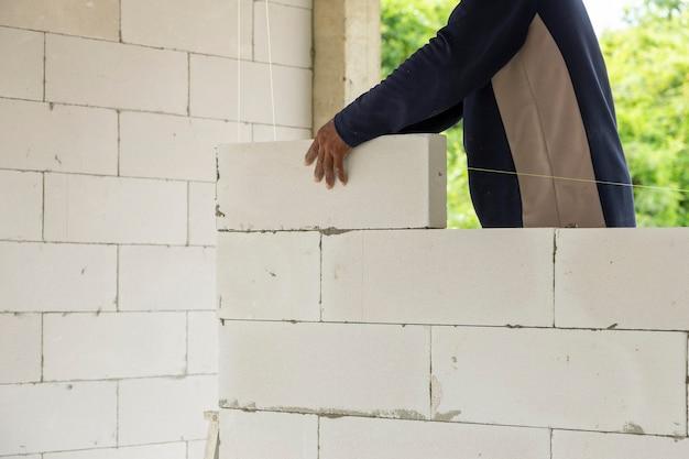 Bakstenen omheining maken voor een veilig huis met mankracht