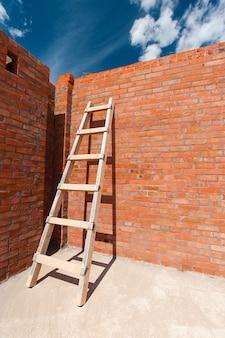Bakstenen rode muur van een nieuw huis op een nieuw huis in aanbouw