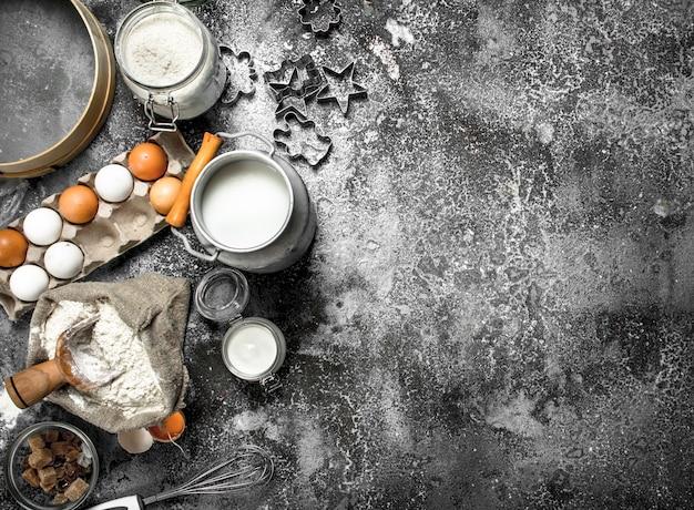 Baktafel. ingrediënten voor de bereiding van deeg. op een rustieke tafel.