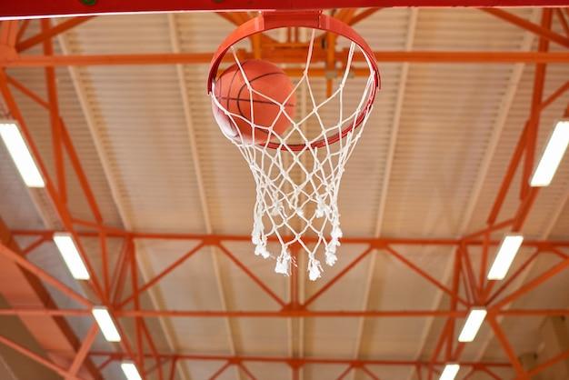 Bal in basketbal mand