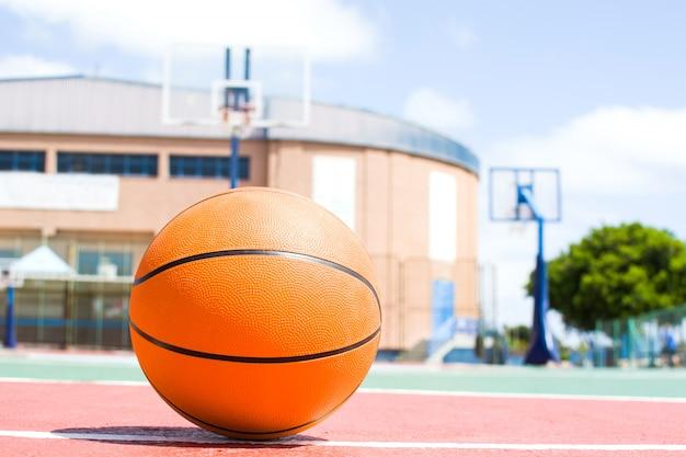 Bal in basketbalveld