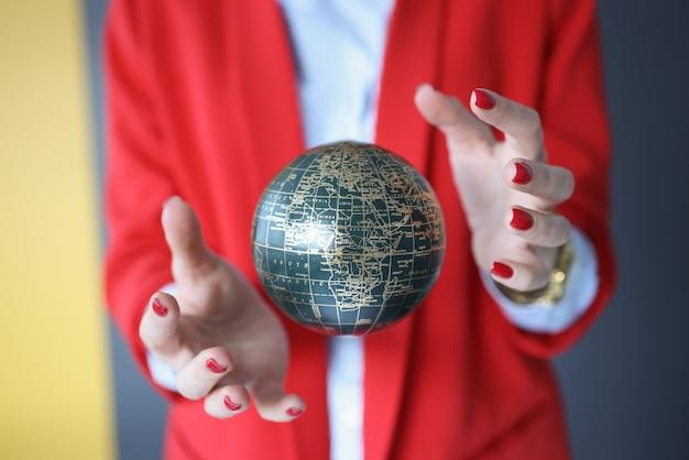 Bal in de lucht tussen het concept van vrouwelijke handen, magie en tovenarij