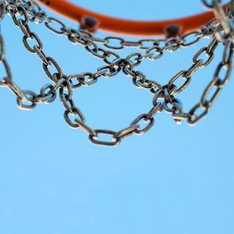 Bal in de mand door het net met blauwe hemelachtergrond bij close-up.