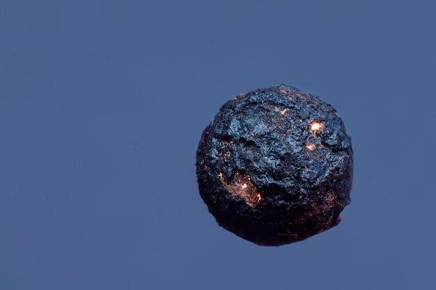 Bal in de vorm van een planeet op een blauwe achtergrond