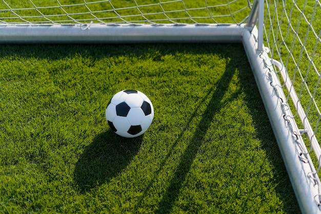 Bal in doelpaal op voetbalveld
