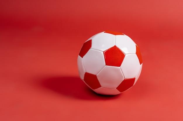 Bal voor voetbalspel op een papier achtergrond