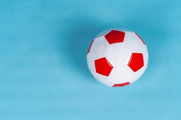 Bal voor voetbalspel op een papieren ondergrond