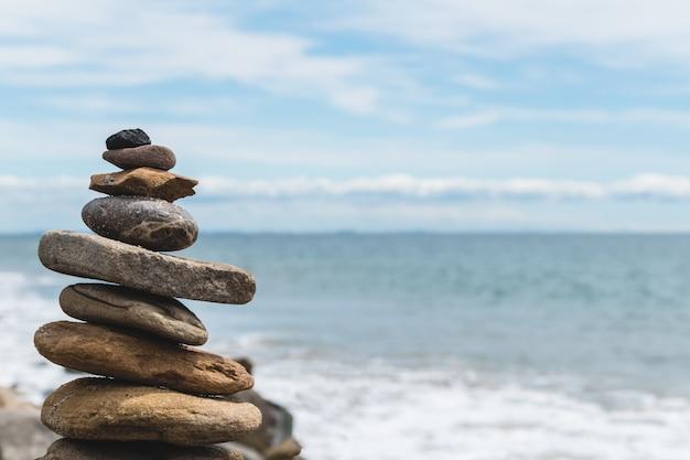 Balansed gestapelde stenen op het strand