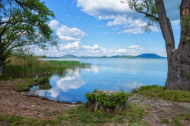 Balatonmeer in hongarije met mooie wolken in de zomer