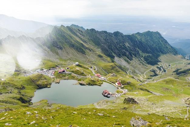 Balea lake en kronkelige weg in fagaras mountain
