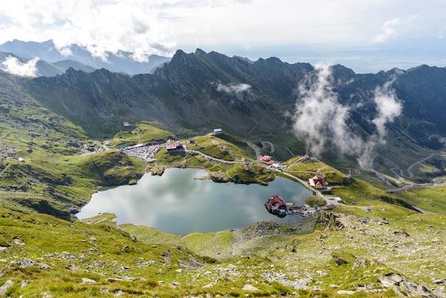 Balea-meer en kronkelige weg in fagaras-bergen