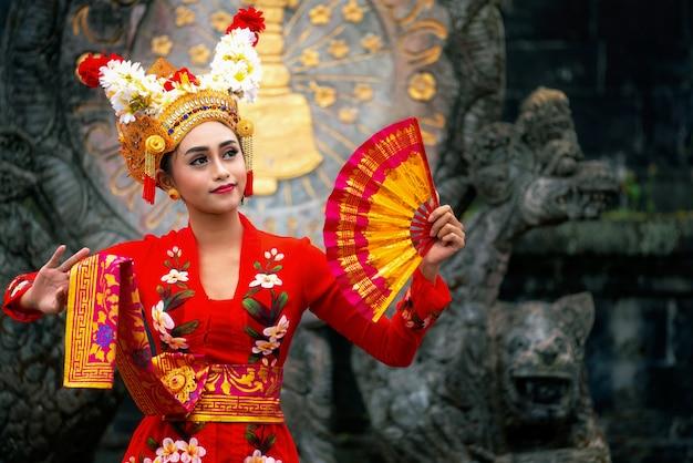 Balinees meisje dat traditionele kleding uitvoert
