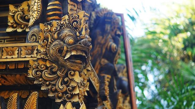 Balinese gebouw met poort voogd standbeeld