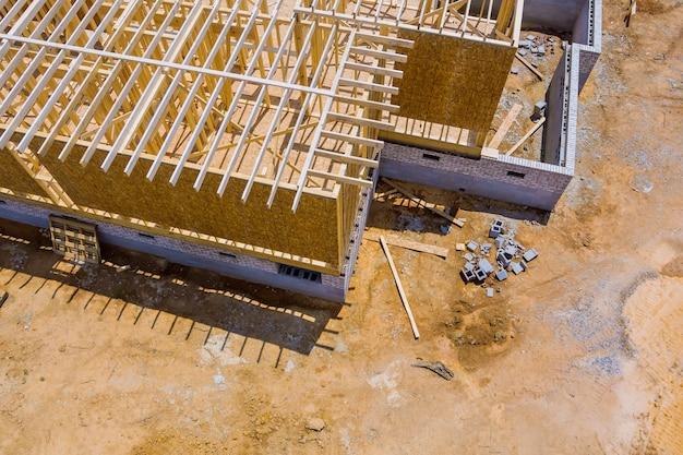 Balken in aanbouw framing van een nieuw onafgewerkt houten huis