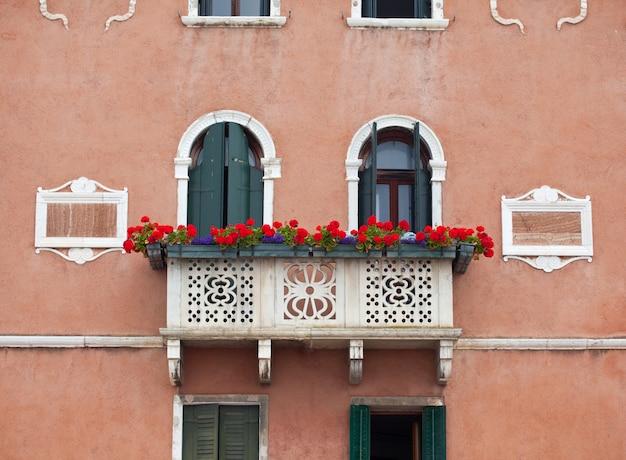 Balkon met bloem in venetië
