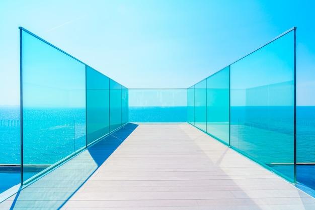 Balkon met glazen balustrades