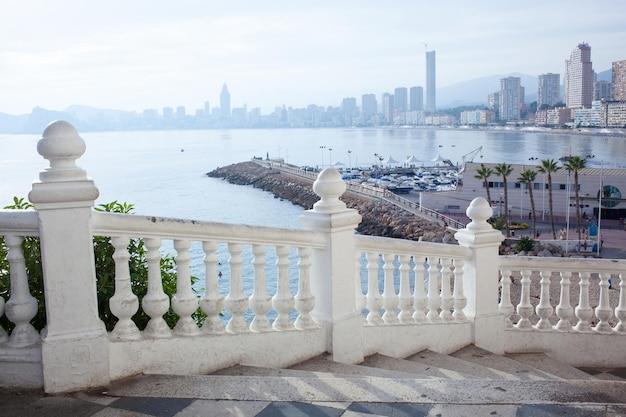 Balkon met uitzicht over benidorm