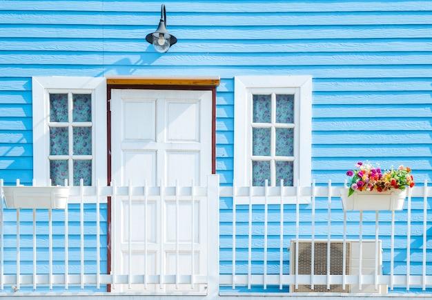 Balkon op blauwe houten muur