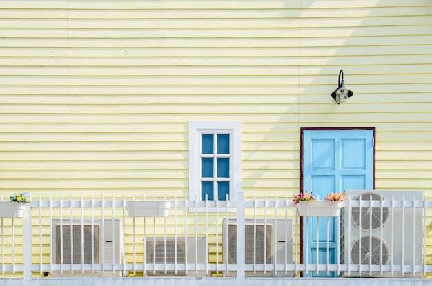Balkon op gele houten muur