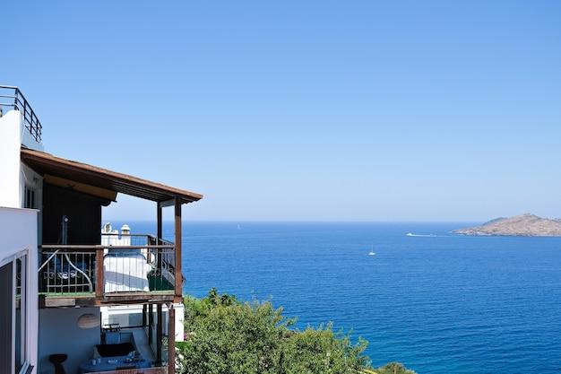 Balkon van vakantievilla met uitzicht op zee
