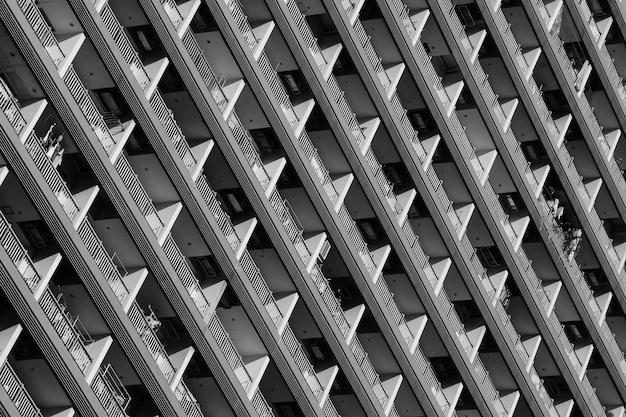 Balkonpatroon van condominium - zwart-wit