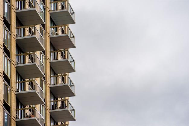 Balkons van appartement tegen de achtergrond van de wolkenhemel