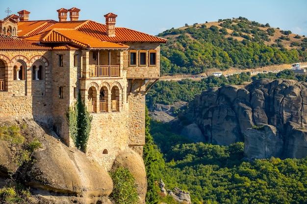 Balkons van een rotsklooster op een zonnige zomerdag