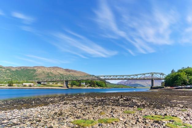 Ballachulish bridge kruist de vernauwing tussen loch leven en loch linnhe, schotland