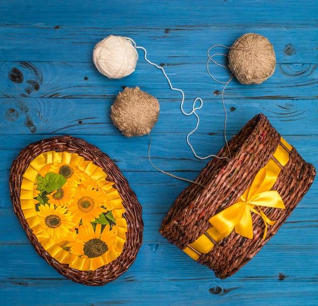 Ballen van garen op een houten bord