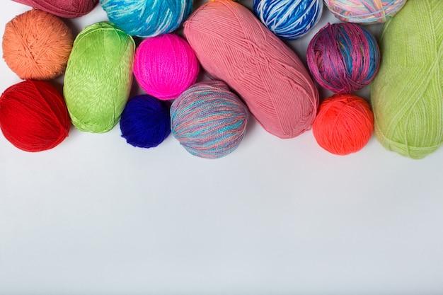 Ballen van gekleurd garen van het regenboogmonster breien haakwerk