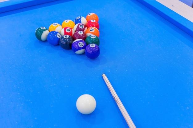 Ballen voor biljart pool snooker staan op blauwe tafel, voorbereiding voor spel