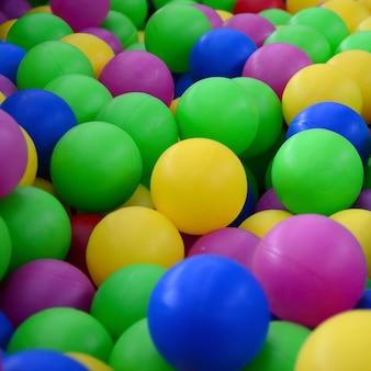 Ballenbad voor de lol en springen in gekleurde plastic ballen