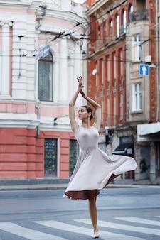 Ballerina danst in de stad op de muziek
