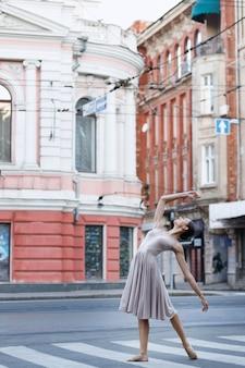 Ballerina danst op de muziek in de stad