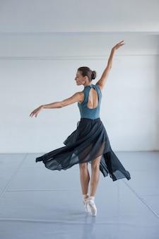 Ballerina die in de dans spint.