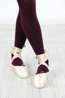 Ballerina in pointe-schoenen in de danszaal