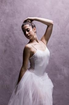 Ballerina kijkt over haar schouder