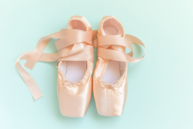 Ballerina klassieke pointe-schoenen voor danstraining geïsoleerd op blauwe achtergrond