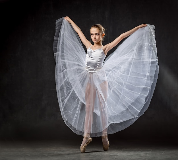 Ballerina. leuk meisje die en in studio stellen dansen. het meisje studeert ballet. .