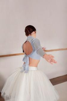 Ballerina repeteert in tutu rok